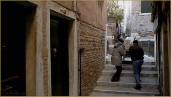 Pas si simple la vie à Venise ! Sur le pont de la Toletta, dans le Sestier du Dorsoduro à Venise.