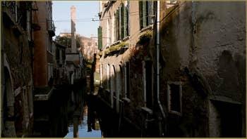 Reflets sur le rio de la Toletta, dans le Sestier du Dorsoduro à Venise.