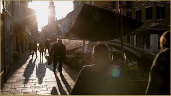 Soleil couchant sur la Fondamenta Gherardini, devant le pont dei Pugni, dans le Sestier du Dorsoduro à Venise.