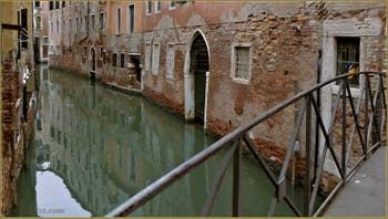 Le rio de Ca' Widmann vu depuis le pont Noris, dans le Sestier du Cannaregio à Venise.