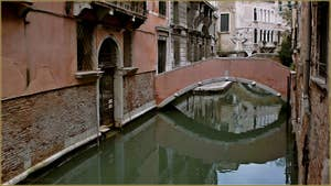 Le pont privé du Palazzo Pasqualigo, sur le rio de Ca' Widmann, dans le Sestier du Cannaregio à Venise.