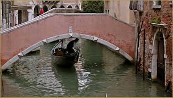 Gondole sous le pont privé du Palazzo Pasqualigo, sur le rio de Ca' Widmann, dans le Sestier du Cannaregio à Venise.