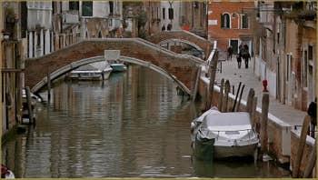 Le rio et le pont Santa Caterina, le long de la Fondamenta Zen, dans le Sestier du Cannaregio à Venise.