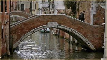 Le pont Molin o de la Racheta, sur le rio de Santa Caterina, dans le Sestier du Cannaregio à Venise.