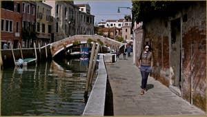 Le pont et la Fondamenta del Soccorso le long du rio dei Carmini, dans le Sestier du Dorsoduro à Venise.