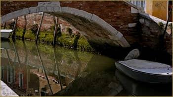 Reflets sous le pont de la Piova, dans le Sestier du Dorsoduro à Venise.