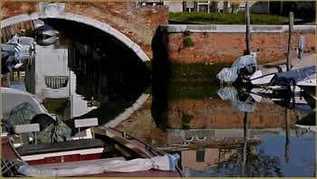 Le pont de la Piova et le rio di San Nicolo Mendicoli, dans le Sestier du Dorsoduro à Venise.