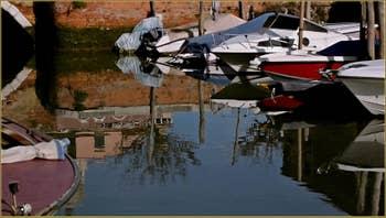 Reflets sur le rio di San Nicolo Mendicoli, dans le Sestier du Dorsoduro à Venise.
