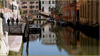 Le rio Briati et son pont, le long de la Fondamenta Rossa, dans le Sestier du Dorsoduro à Venise.