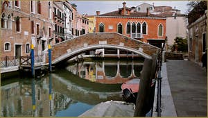 Le rio del Gaffaro avec à gauche, la Fondamenta Minotto, et à droite, la Fondamenta del Gaffaro, au fond le pont de Ca'Marcello, trait d'union entre les Sestieri de Santa Croce (côté gauche) et du Dorsoduro à Venise.
