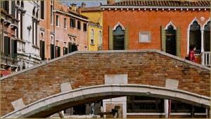Le pont de Ca'Marcello, trait d'union entre les Sestieri de Santa Croce et du Dorsoduro à Venise.