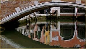 Reflets sous le pont de Ca'Marcello à Venise