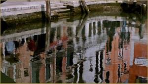 Reflets devant le pont de Ca' Marcello, sur le rio del Malcanton, dans le Sestier de Santa Croce à Venise.