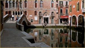 A gauche, la Fondamenta Bembo o del Malcanton, dans le Dorsoduro avec le rio del Malcanton et le beau pont de Ca' Marcello à Venise.