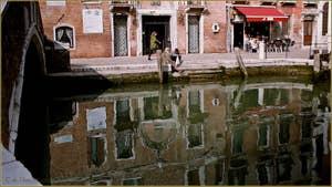 Reflets sur le rio del Malcanton, devant la Salizada San Pantalon, dans le Sestier de Santa Croce à Venise.