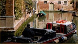Reflets sur le rio del Malcanton dans le Sestier de Santa Croce à Venise.