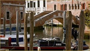 Le pont de Ca' Marcello, sur le rio del Malcanton, dans le Sestier de Santa Croce à Venise.