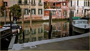 Reflets sur le rio del Malcanton, frontière entre les Sestieri de Santa Croce et du Dorsoduro à Venise.