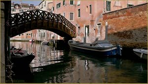 Le pont Vinanti, trait d'union entre les Sestieri de Santa Croce et du Dorsoduro, sur le rio de San Pantalon à Venise.