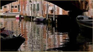 Reflets sous le pont Vinanti, sur le rio de San Pantalon à Venise.