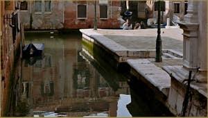 Reflets sur le rio de la Frescada San Rocco, frontière entre les Sestieri du Dorsoduro et de San Polo à Venise.