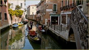 Gondole sur le Rio Marin, dans le Sestier de Santa Croce à Venise.