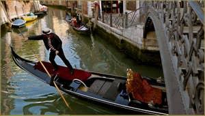 Gondolier en manœuvre de marche arrière sur le rio Marin, sous le pont de la Latte, dans le Sestier de Santa Croce à Venise.