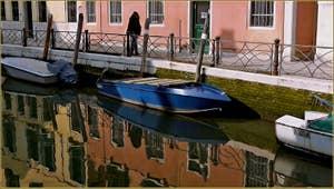 Les reflets du rio Marin, le long de la Fondamenta Marin o Garzoti, dans le Sestier de Santa Croce à Venise.