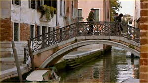 Le pont Bembo sur le rio de San Zan Degola, dans le Sestier de Santa Croce à Venise.