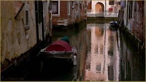 Reflets sur le rio del Megio, dans le Sestier de Santa Croce à Venise.
