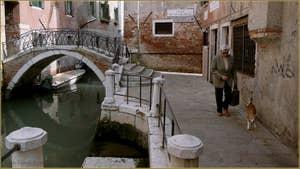La Fondamenta de le Colonete le long du rio de la Madalena et le pont Correr, dans le Sestier du Cannaregio à Venise.