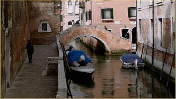 La Fondamenta et le rio dei Grimani, au fond, le pont Moro, dans le Sestier du Cannaregio à Venise.