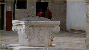 Le puits Vénitien en pierre d'Istrie du Campo San Marziale, un puits qui date du XVe siècle, dans le sestier du Cannaregio à Venise.