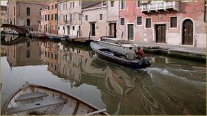 Le rio et le pont de la Madona de l'Orto, le long de la Fondamenta Gasparo Contarini, dans le Sestier du Cannaregio à Venise.