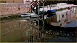 Reflets sur le rio de le Convertite sous le pont de le Case Nove, sur l'île de la Giudecca à Venise.