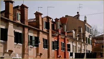 Les cheminées vénitiennes, datant du XVIIIe siècle, de la Corte dei Cordami, sur l'île de la Giudecca à Venise.