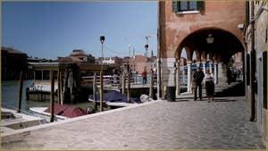 La Fondamenta et l'embarcadère Andrea Navagero du Vaporetto, sur l'île de Murano à Venise.