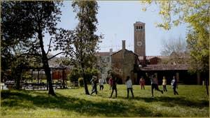 Le parc public de Navagero avec, au fond, le Campanile de la Basilique des Santi Maria e Donato, sur l'île de Murano à Venise.