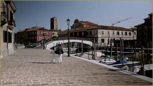 La Fondamenta de le Case Nove et le Canale de San Mattia, au fond, le pont De le Terese, sur l'île de Murano à Venise.