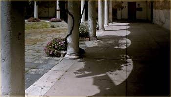 Donnant sur le Campo San Pietro, détail du cloître du XVIe siècle, qui fut aussi le palais du Patriarche de Venise, dans le Sestier du Castello à Venise.