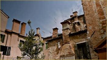 Les cheminées vénitiennes typiques du Campiello del Figareto, dans le Sestier du Castello à Venise.