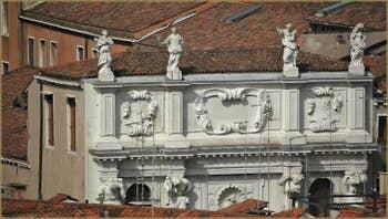 Détail de la façade de l'église Santa Maria dei Derilitti ou dell'Ospedaletto, dans le Sestier du Castello à Venise.