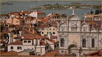 La façade de la Scuola Grande di San Marco, vue depuis le Campanile de Santa Maria Formosa, dans le Sestier du Castello à Venise.