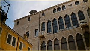 Détail de la façade du Palazzo Pesaro o degli Orfei, où se trouve le musée Mariano Fortuny, dans le Sestier de Saint-Marc à Venise.