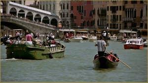 Maman les p'tits bateaux, sur le Grand Canal à Venise, devant le pont du Rialto.