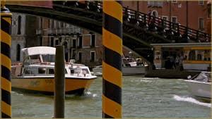 Bateau Alilaguna en tenue camouflage sur le Grand Canal, sous le pont de l'Accademia, dans le Sestier de Saint-Marc à Venise.