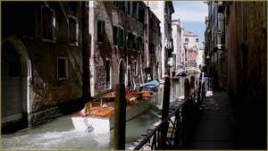 Bateau Taxi sur le rio de la Tetta, le long de la Fondamenta seconda San Giovanni Laterano, dans le Sestier du Castello à Venise.