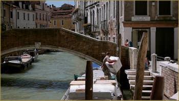 Le rio de la Pietà Sant'Antonin et le pont de la Comenda, dans le Sestier du Castello à Venise.