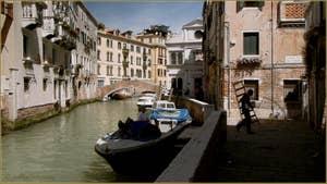 Le rio de la Pietà Sant'Antonin le long de la Fondamenta dei Furlani, au fond, le pont de la Comenda et la façade blanche de la Scuola San Giorgio Schiavoni Dalmati, dans le Sestier du Castello à Venise.
