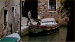 Bateau sur le rio di San Martino o dell'Arco, dans le Sestier du Castello à Venise.